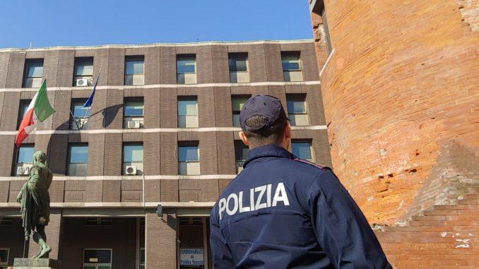 Minaccia di morte il figlio della compagna davanti alla Polizia: allontanato