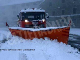 Neve di aprile, spartineve in azione sulle strade di montagna