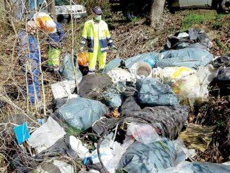 Vezza: rimossa la spazzatura trovata a Val Rubiagno