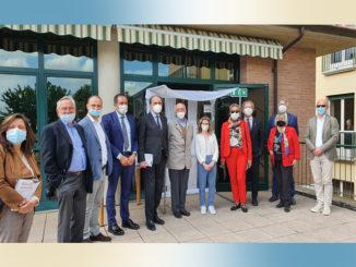 """Riaprono le Rsa, tenendo ben presenti una serie di limitazioni, Rotary Canale Roero dona la """"casetta degli abbracci"""" a tre residenze per anziani 1"""