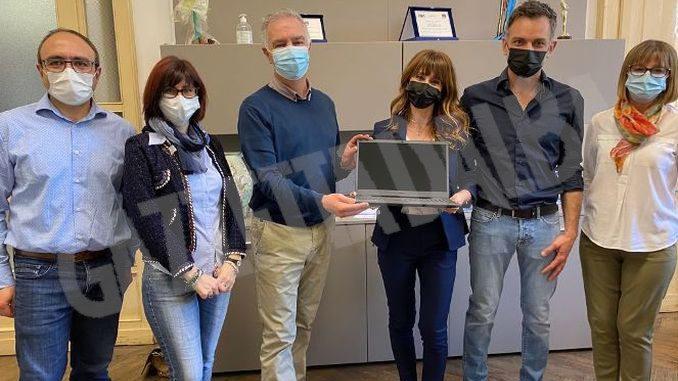 Monchiero moto dona dispositivi informatici per le scuole albesi