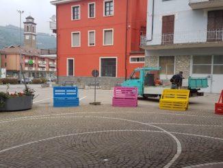 Nuove panchine in legno in piazza Calleri. In arrivo decorazioni floreali 1