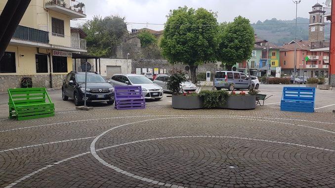 Nuove panchine in legno in piazza Calleri. In arrivo decorazioni floreali 2