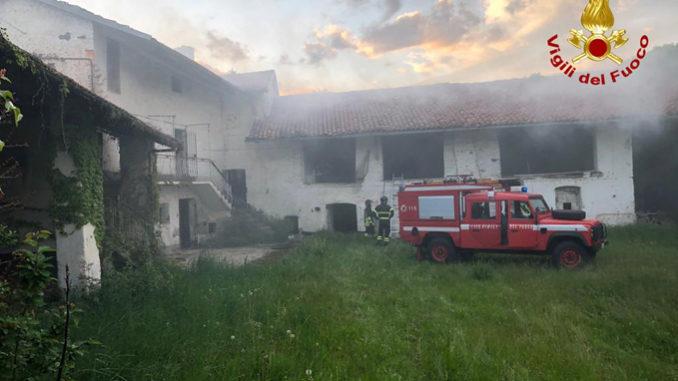 A fuoco un casolare disabitato in frazione San Rocco a Busca