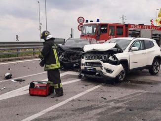 Incidente frontale tra due auto a Fossano, tre feriti
