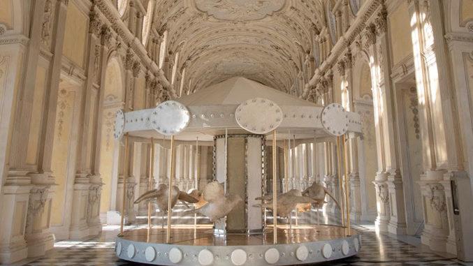 """Reggia di Venaria: mostra prorogata fino al 25 luglio per """"La giostra di Nina"""", l'installazione dell'artistaValerio Berruti"""