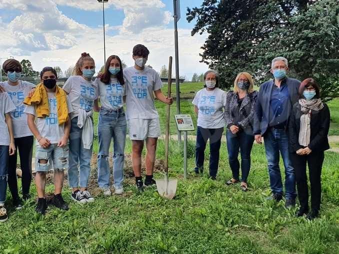 Gli studenti della Macrino piantano 20 alberi da frutto nel parco di San Cassiano
