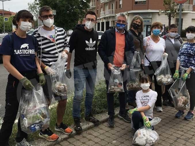 Volontari in campo per pulire i sentieri di Alba. Decine i sacchetti di immondizia raccolti