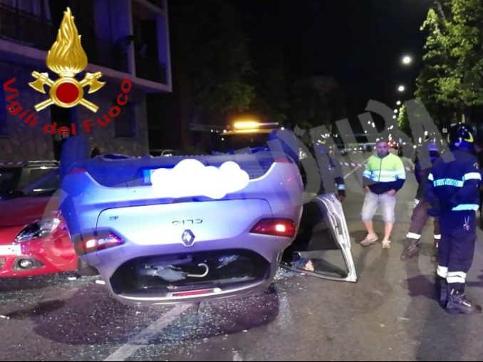 Auto cappottata in corso Savona: ferito il conducente