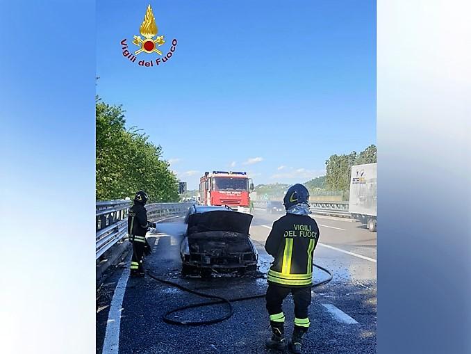 auto in fiamme tangeziale di Asti