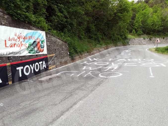 Il Gigante delle Langhe saluta il suo vincitore Fabio Genovesi che è tra i commentatori del Giro
