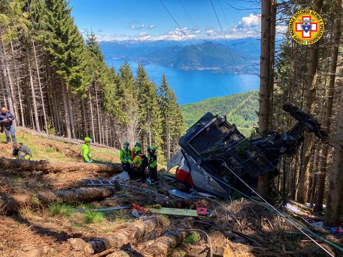 distaccamento della cabina sulla linea della funivia Stresa-Alpino Mottarone