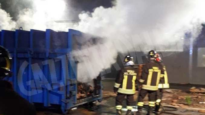 In fiamme il cassone di un autocompattatore in via Ungaretti