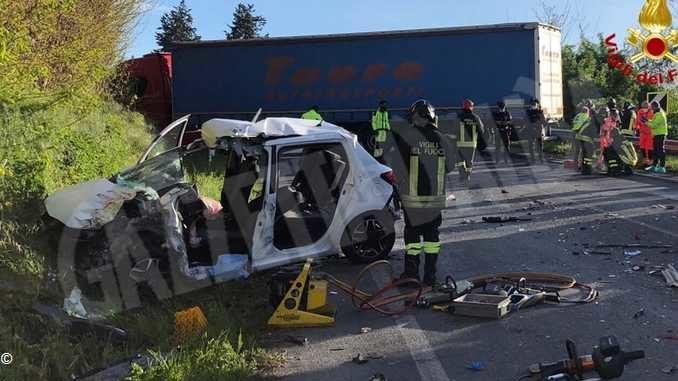 Auto contro camion sulla Statale 28: ferita una donna