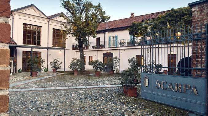 Tra calici e tessuti: una mostra nella casa vinicola Scarpa di Nizza Monferrato