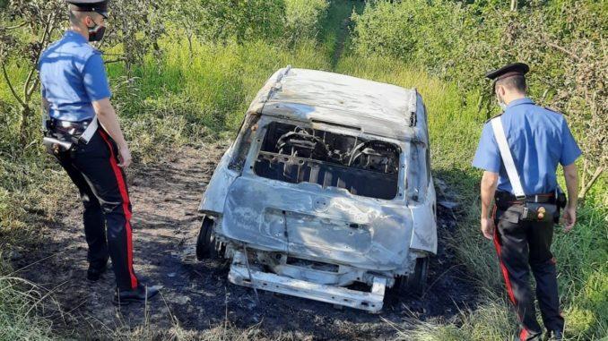 Cadavere carbonizzato in un'auto: giallo nelle campagne di Gassino