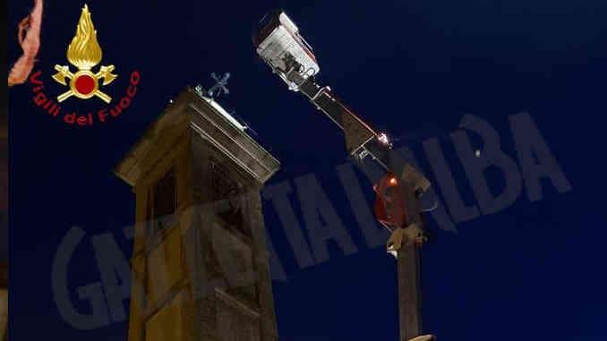 Il nubifragio di ieri piega la croce sul campanile di Calliano