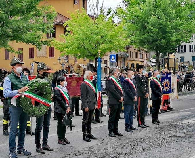 Cerimonia Dogliani (da sinistra, i sindaci con fascia tricolore Biagina Cartosio, Antonio Acconciaioco, Ugo Arnulfo, Riccardo Ghigo e Ivano Airaldi)