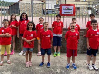 I bambini di Castelletto Uzzone mostrano il loro Ancalau a Bosia