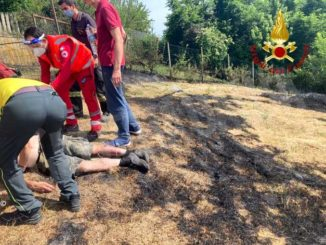 I Vigili del fuoco soccorrono un uomo coinvolto in un incendio di sterpaglie a Valmanera