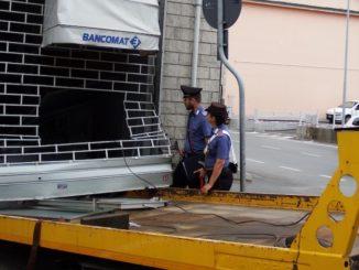 Avevano tentato di sradicare un bancomat con un carro attrezzi: tre arresti