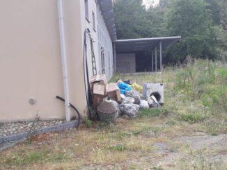 I rifiuti raccolti nel corso di Spazzamondo giaciono ancora dietro il Palarocche in attesa di smaltimento