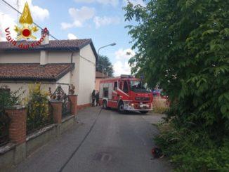 Fuga di gas da una tubatura danneggiata per l'urto di una vettura, intervengono i VVF di Asti