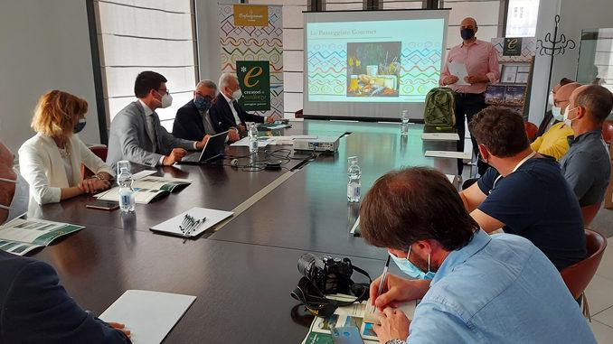 Confartigianato Cuneo affianca alle Passeggiate Gourmet una nuova linea editoriale: le cartine riassuntive delle dodici escursioni e l'elegante volume-guida 2021