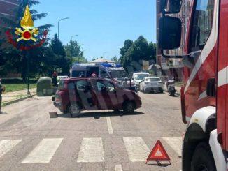 Tamponamento durante una svolta in corso Ungaretti: intervengono i pompieri