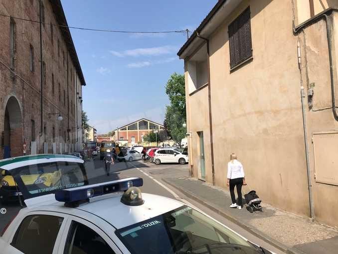 Carambola con l'auto su 7 vetture parcheggiate: ferito un giovane braidese