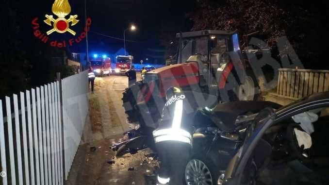 Scontro fra un'auto e un trattore: l'automobilista, ferito, si trova al Cto