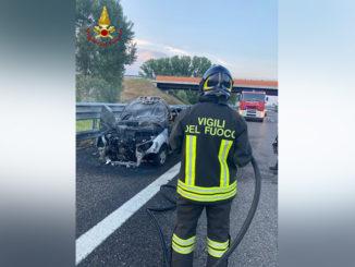 Auto distrutta dalle fiamme sulla A33: intervengono i Vigili del fuoco di Asti