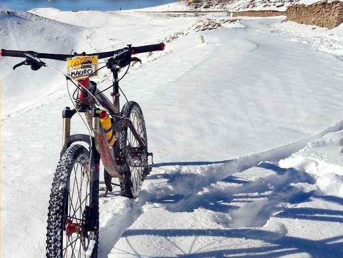 Mauro Casarone sul Monte Rosa in mountain bike per promuovere la costruzione di pozzi in Burkina Faso