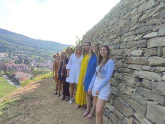 Otto ragazze a tutelare i muretti
