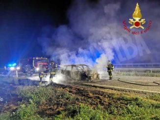 In fiamme un'utilitaria sulla Torino-Piacenza: nessun ferito fra gli occupanti