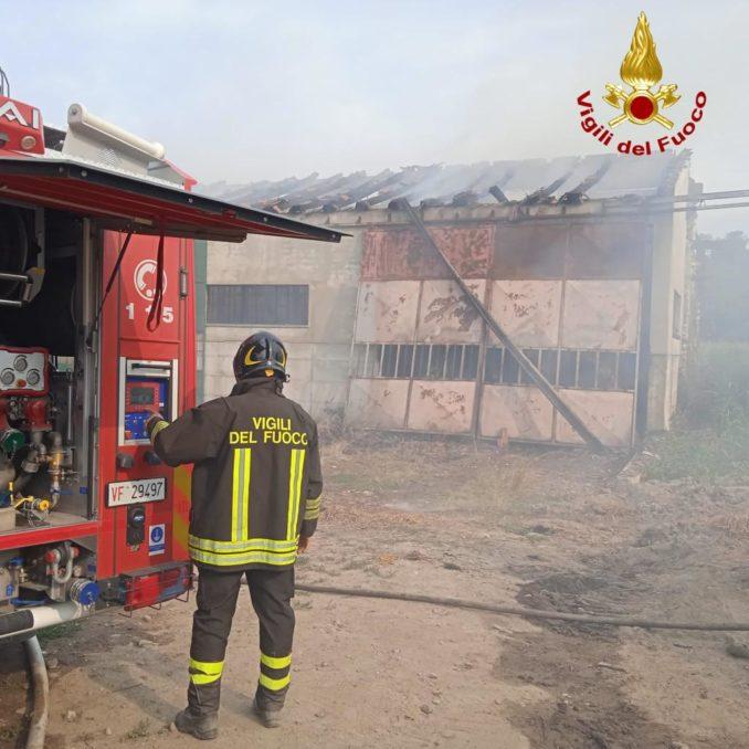 Incendio in corso in un capannone a Clavesana: a fuoco fieno e paglia 1