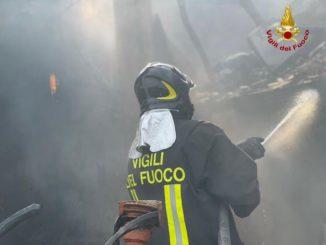 Incendio in corso in un capannone a Clavesana: a fuoco fieno e paglia