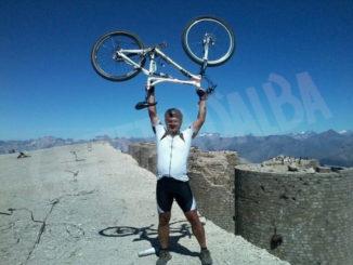 Mauro Casarone in mountain bike su un ghiacciaio del Monte Rosa per promuovere la costruzione di pozzi in Burkina Faso 2