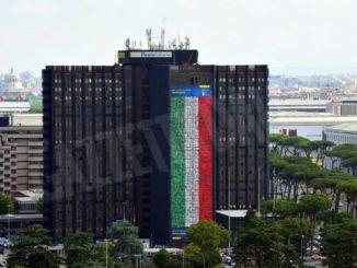 I volti di undici dipendenti postali cuneesi sulla maxi bandiera esposta all'Eur