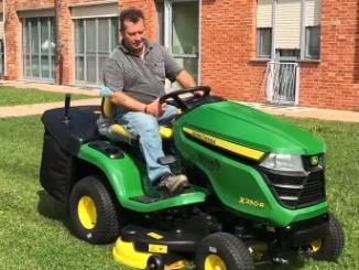 Un nuovo trattorino per tagliare l'erba alla casa di riposo di Farigliano