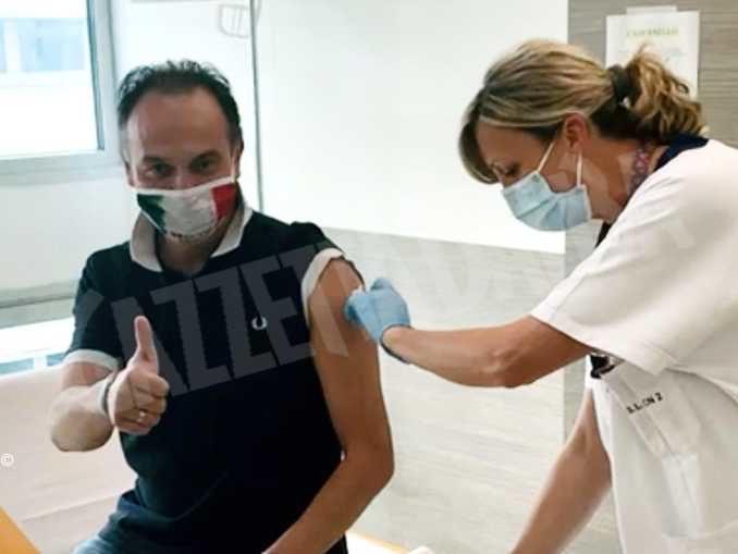 «Vaccinatevi con fiducia», l'appello di Alberto Cirio mentre riceve la seconda dose