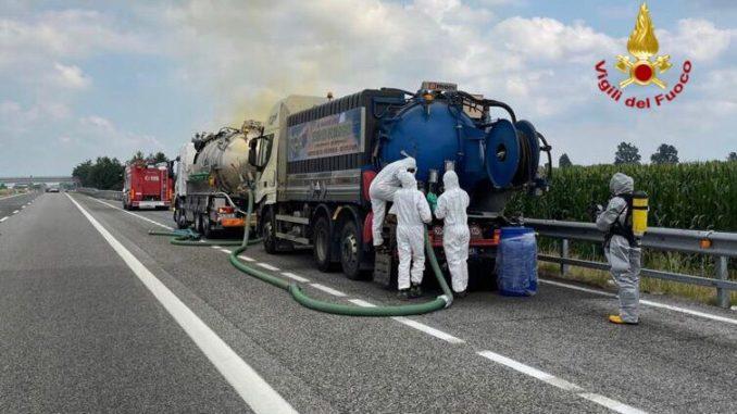 Autocisterna perde acido nitrico sulla Torino-Savona: allerta a Cherasco