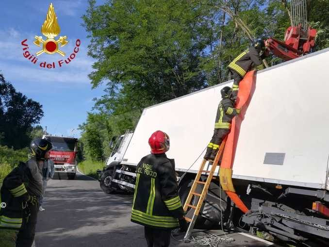 Autotreno sbanda sulla provinciale 10 a Ferrere: illeso il conducente