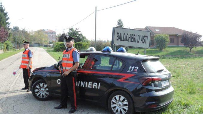 Getta a terra le attrezzature rubate in paese e fugge davanti ai Carabinieri