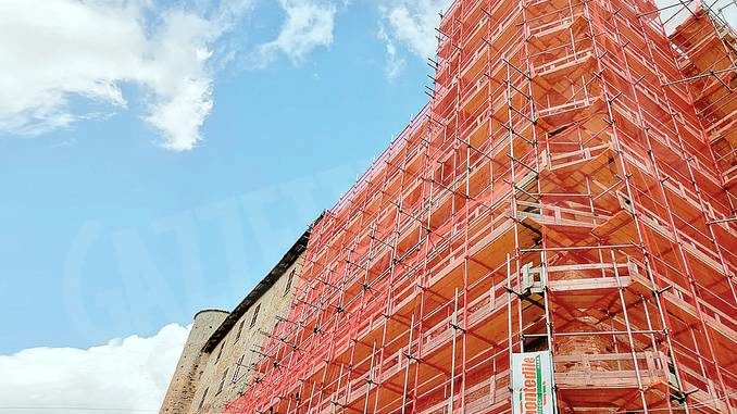 Il castello di Castiglione Falletto avvolto dai ponteggi
