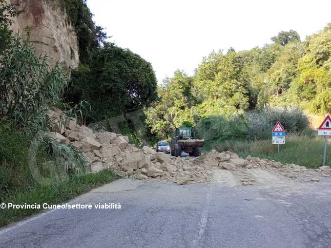 Aperto un varco nella frana sulla strada tra Pocapaglia e Sommariva Perno