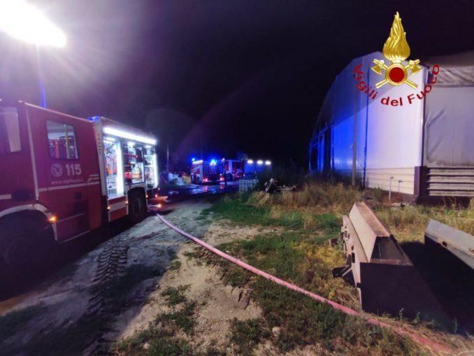 In fiamme un capannone agricolo ad Asti: distrutti sei mezzi agricoli