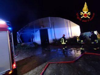 In fiamme un capannone agricolo ad Asti: distrutti sei mezzi agricoli 1
