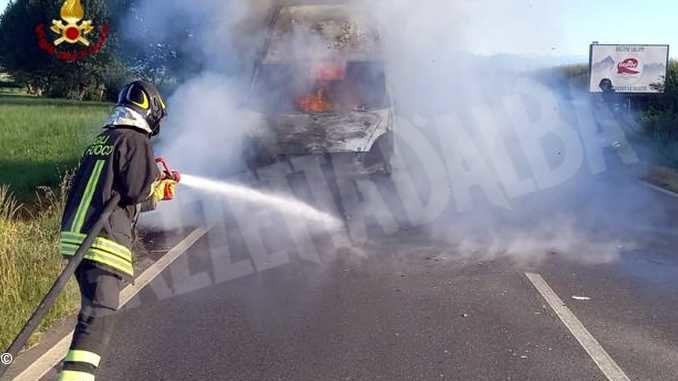 Un incendio distrugge un furgone alle porte dell'abitato di Saluzzo