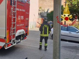 Un'auto prende fuoco in viale Partigiani ad Asti
